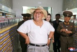 De camiseta e chapéu, Kim Jong-un enfrenta forte calor em visita a fábrica na Coreia do Norte