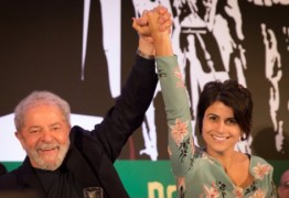 Manuela cita poema de Drummond e diz que vai 'de mãos dadas' com Lula