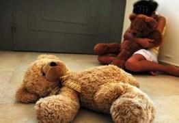 Avô é suspeito de estuprar seis netas com idades de 4 a 15 anos