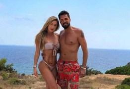 Latino posa com namorada em Ibiza e dispara: 'Que venham as críticas', veja