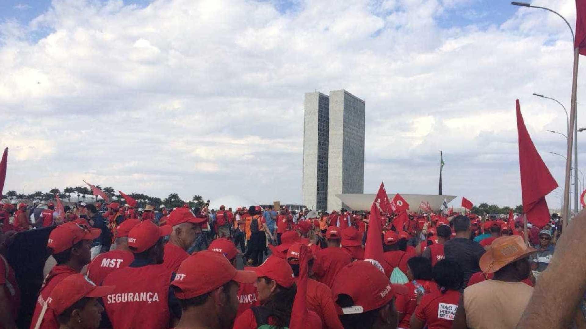 naom 5b7476af72b8c - Protesto a favor de Lula bloqueia eixo da Esplanada dos Ministérios