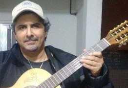 Guitarrista do 'Virgulóides' morre após cair tomando banho