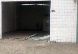 'Gangue da marcha à ré' arromba depósito em Campina Grande