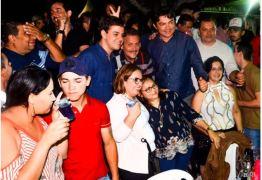 NINJA NA REDE: ao som de Santanna, o cantador, Tião Gomes aproveita noite do Caminhos do Frio, em Bananeiras
