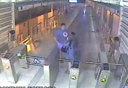 IMAGENS FORTES: Câmeras flagram momento em que jovem é esfaqueada em estação – VEJA VÍDEO!