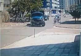 VEJA VÍDEO: câmera de segurança flagra morte de motociclista em acidente no Cabo Branco