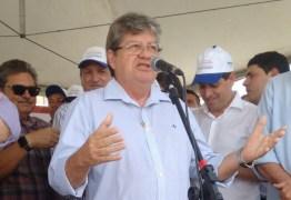João Azevedo participa de caminhada do trabalho e ato público em Cabedelo