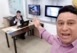 Demitido, apresentador grava vídeo com presença do chefe e o acusa de assédio moral; veja