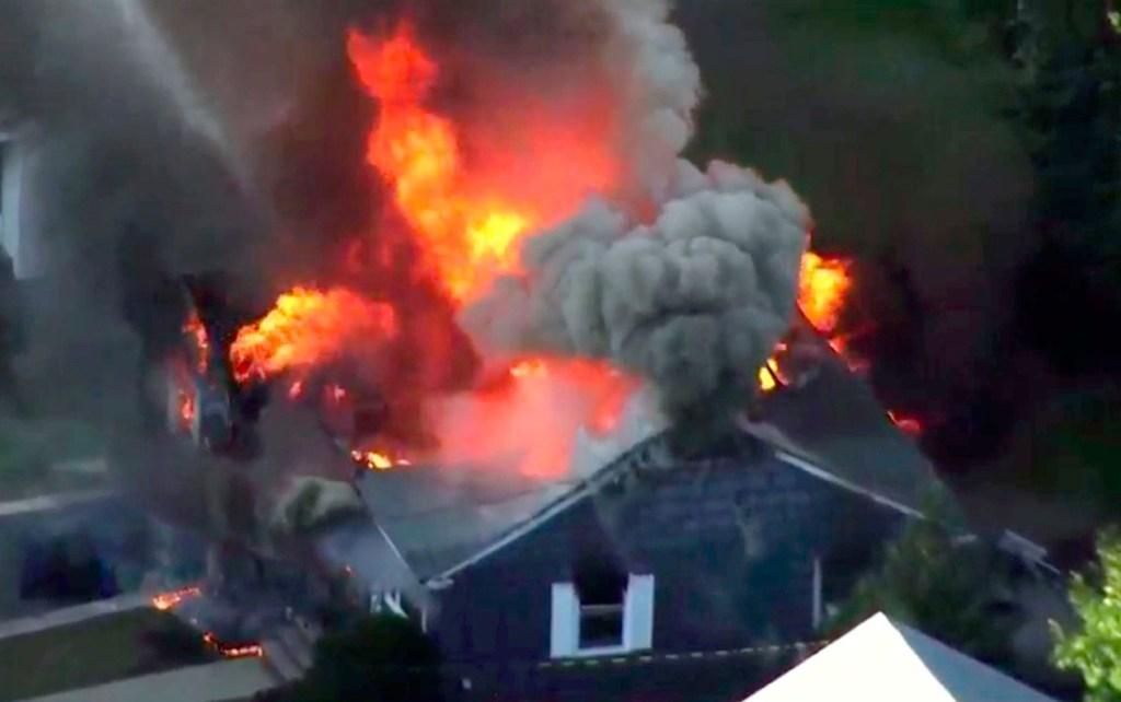 ap18256803201111 1024x642 - Dezenas de casas pegam fogo ao mesmo tempo em Massachusetts, nos EUA - VEJA FOTOS!