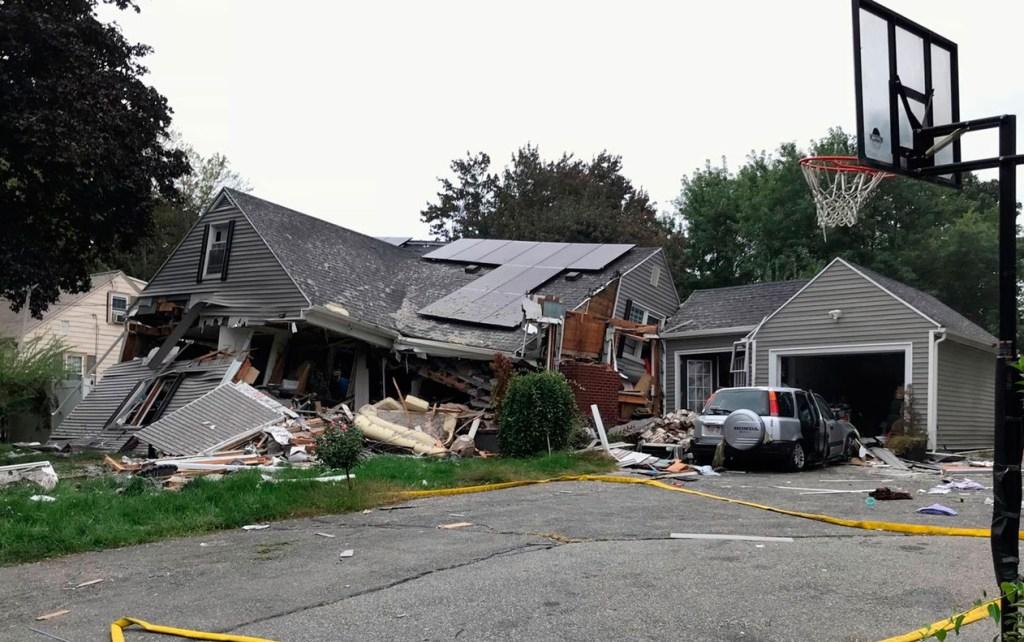 ap18256815844394 1024x642 - Dezenas de casas pegam fogo ao mesmo tempo em Massachusetts, nos EUA - VEJA FOTOS!