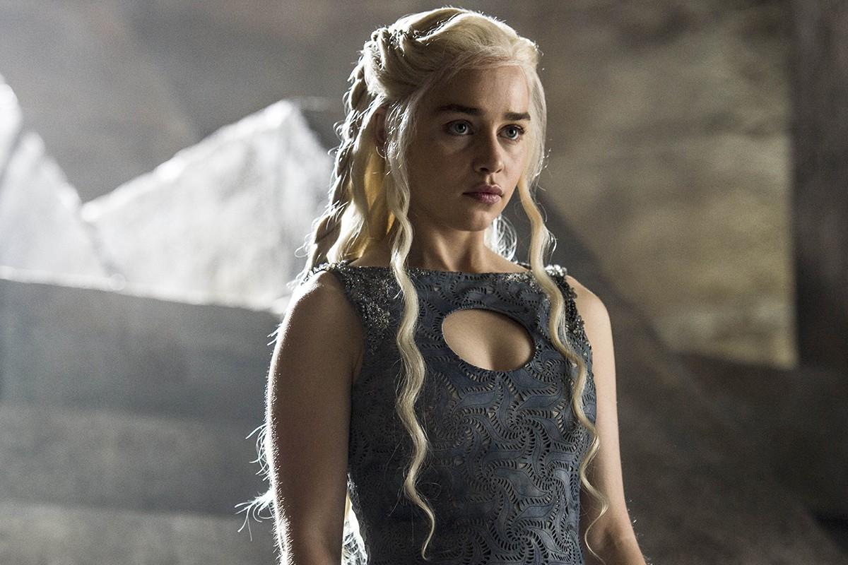 Emilia Clarke faz tatuagem para lembrar papel de 'Game of Thrones'