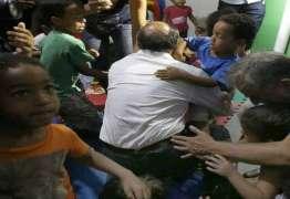 Geraldo Alckmin sofre acidente com criança no colo em evento de campanha