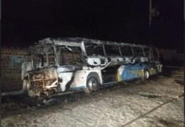 VEJA VÍDEO: Incêndio em ônibus assusta moradores de comunidade da Zona Sul de João Pessoa