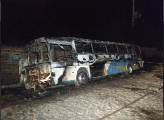 nibus - VEJA VÍDEO: Incêndio em ônibus assusta moradores de comunidade da Zona Sul de João Pessoa