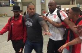 VEJA VÍDEO: Jogadores do Flamengo são hostilizados por torcedores