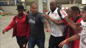 rodinei hostilizado torcida fla 300x169 - VEJA VÍDEO: Jogadores do Flamengo são hostilizados por torcedores