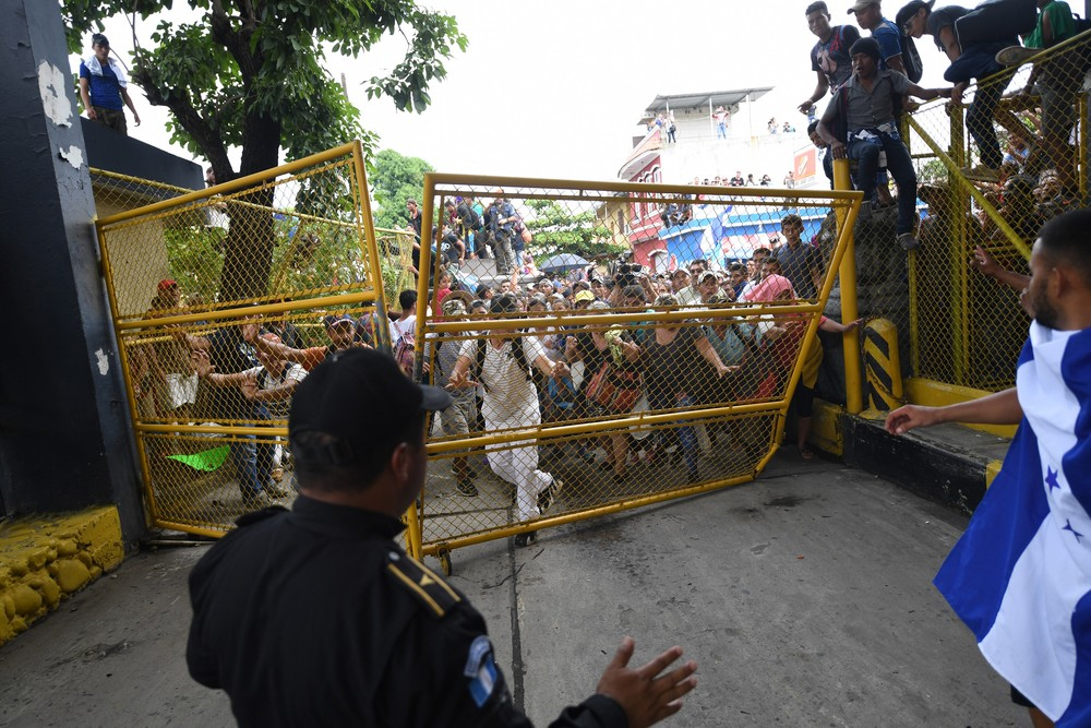 000 1a56ok - CRISE MIGRATÓRIA: Exaustos e famintos, milhares de hondurenhos chegam ao México rumo aos EUA