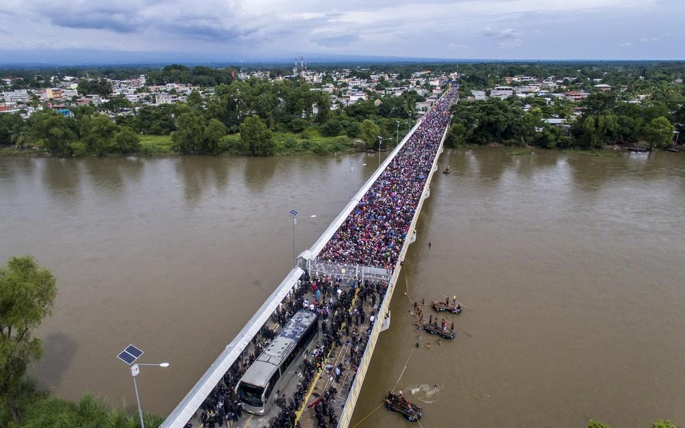 000 1a57jd - CRISE MIGRATÓRIA: Exaustos e famintos, milhares de hondurenhos chegam ao México rumo aos EUA