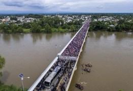 CRISE MIGRATÓRIA: Exaustos e famintos, milhares de hondurenhos chegam ao México rumo aos EUA