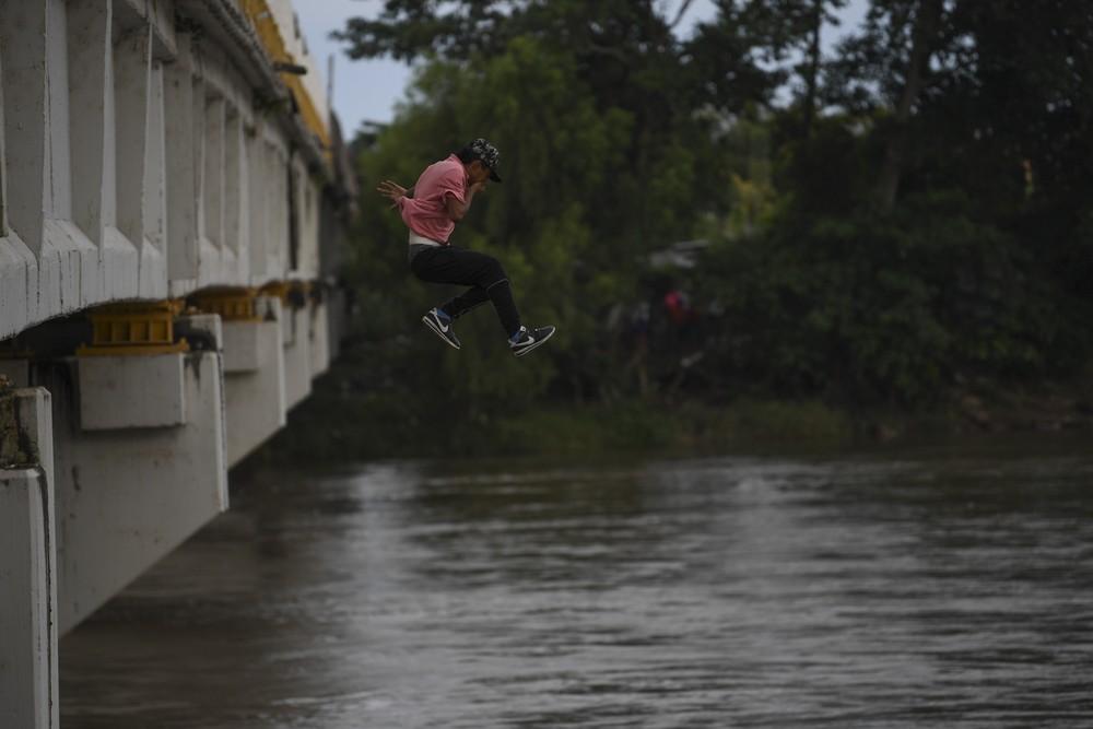 000 1a587v - CRISE MIGRATÓRIA: Exaustos e famintos, milhares de hondurenhos chegam ao México rumo aos EUA