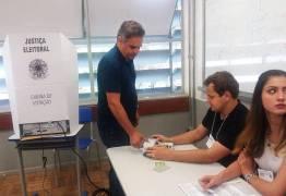 Aécio é hostilizado em local de votação em Belo Horizonte