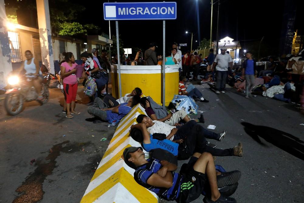 2018 10 20t052245z 1655236308 rc1a672241f0 rtrmadp 3 usa immigration caravan - CRISE MIGRATÓRIA: Exaustos e famintos, milhares de hondurenhos chegam ao México rumo aos EUA