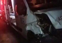 VEJA VÍDEO: Ambulância do Hospital Regional de Catolé do Rocha bate em jumento próximo a Pombal