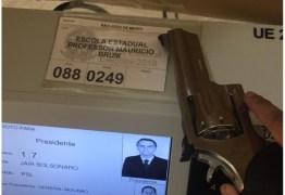 Eleitores de Bolsonaro postam foto com armas na urna – VEJA VÍDEO