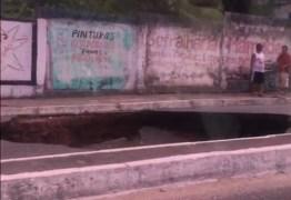 VEJA VÍDEO: cratera se abre, interrompe trânsito e impressiona motoristas em JP