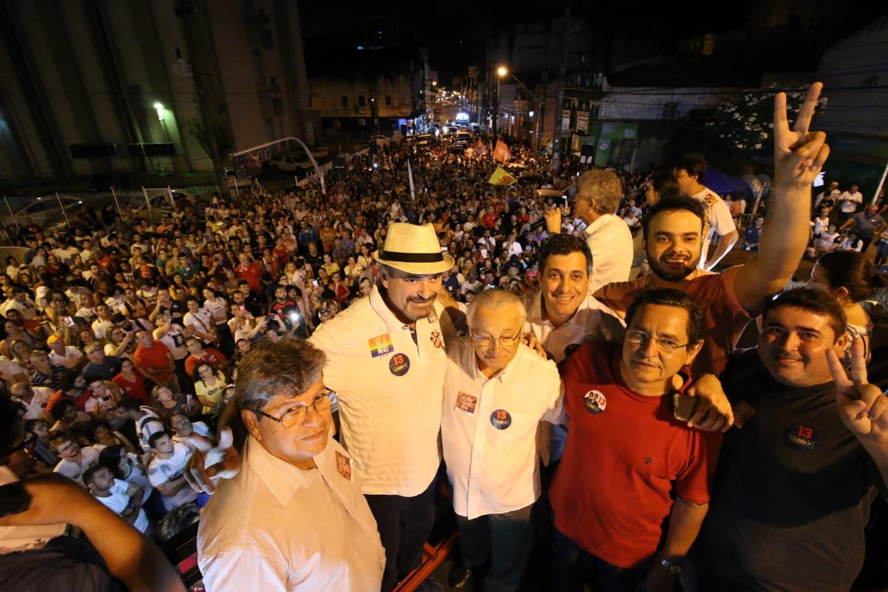 WhatsApp Image 2018 10 15 at 20.20.03 1 - Em caminhada, João e RC defendem democracia durante manifestação do livro