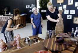 Atrizes Lucinha Lins e Virgínia Rosa se impressionam com beleza das obras no Celeiro Espaço Criativo