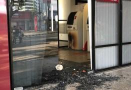 Quadrilha arromba caixa eletrônico de agência bancária na Avenida Epitácio Pessoa