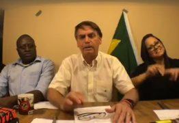 Bandeira do Brasil cai de cenário durante live de Bolsonaro – VEJA VÍDEO