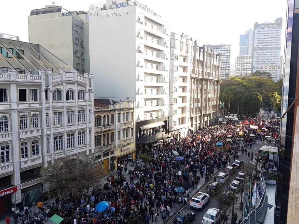 curitiba - Protestos contra candidatura de Bolsonaro ocorreram em várias cidades pelo país