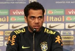 Daniel Alves mira ida à Inglaterra e diz: PSG 'precisa crescer' contra grandes