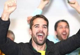 Eduardo Leite vence no RS aos 33 anos e ameniza derrocada do PSDB