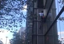 Homem escala prédio de 230 metros usando apenas a força do corpo
