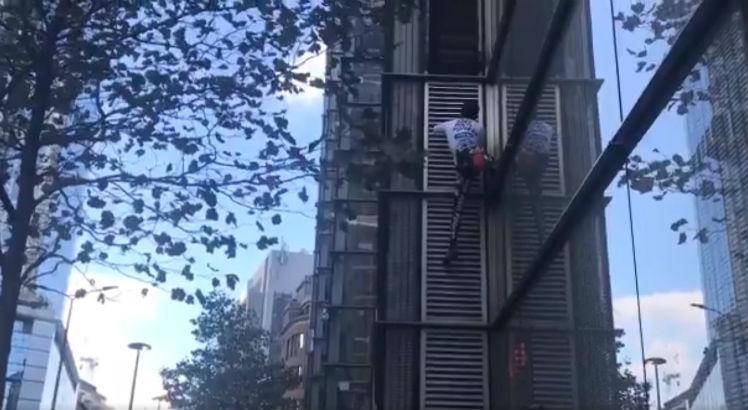 ha1 748 - Homem escala prédio de 230 metros usando apenas a força do corpo