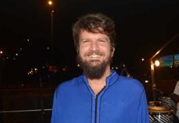 VEJA VÍDEO: Saulo canta 'ele não' durante show em restaurante de Salvador