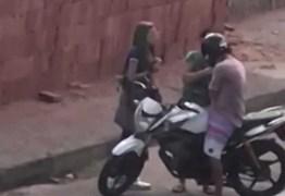 Assaltante fere mulher ao arrancar aliança do dedo dela com os dentes
