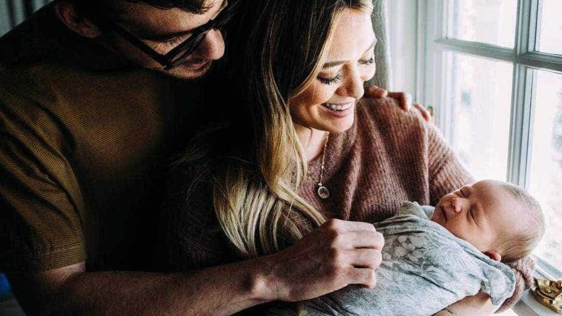 naom 5bd86f4a41a1f - Hilary Duff dá à luz uma menina e a chama de Banks Violet