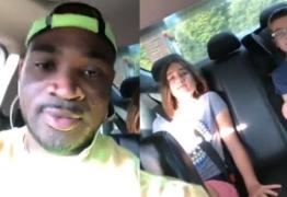 VEJA VÍDEOS: Mulher aciona a polícia após perseguir cuidador negro com duas crianças brancas
