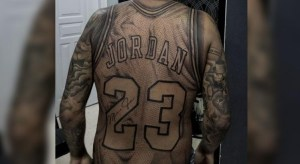 tatuagem camisa michael jordan 300x164 - Fã de basquete tatua camisa de Michael Jordan em tamanho real