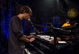 Fenômeno no piano, o recifense Vitor Araújo fala sobre música e influências em documentário inédito no SescTV