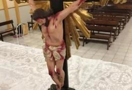 Vândalos danificam imagens com nome de candidato em igreja na Paraíba