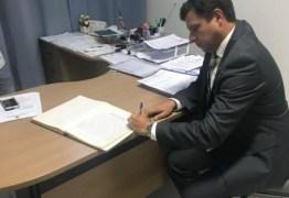 PERGUNTAR NÃO OFENDE: Por que Vitor Hugo nomeou a esposa da peça chave da Operação Xeque Mate na prefeitura de Cabedelo?