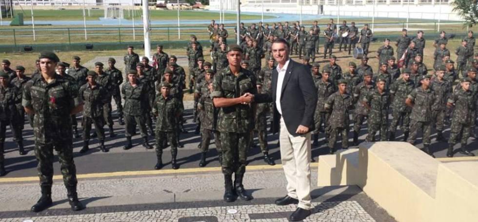 1508513779 228341 1508516578 noticia normal - Forças Armadas vão fazer parte da política nacional, diz Bolsonaro