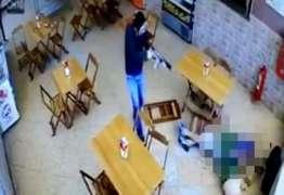 CENAS FORTES: Homem mascarado executa político dentro de padaria