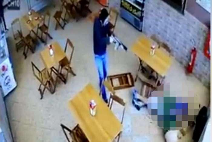 1 12 execiucao seropedica rep 8622780 - CENAS FORTES: Homem mascarado executa político dentro de padaria