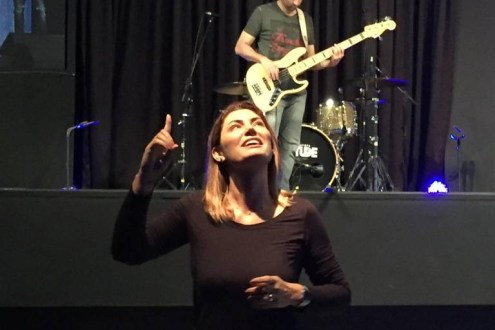 Bolsonaro 300x200 - VEJA VÍDEO: Futura primeira-dama, Michelle Bolsonaro traduz música para libras em culto evangélico